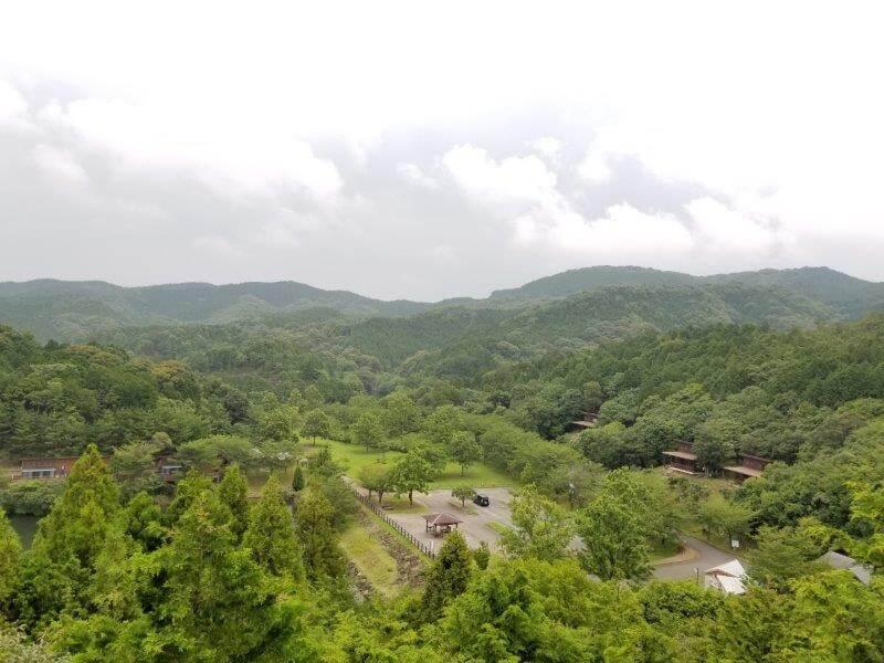 伊佐ノ浦公園の展望台からキャンプサイトを望む