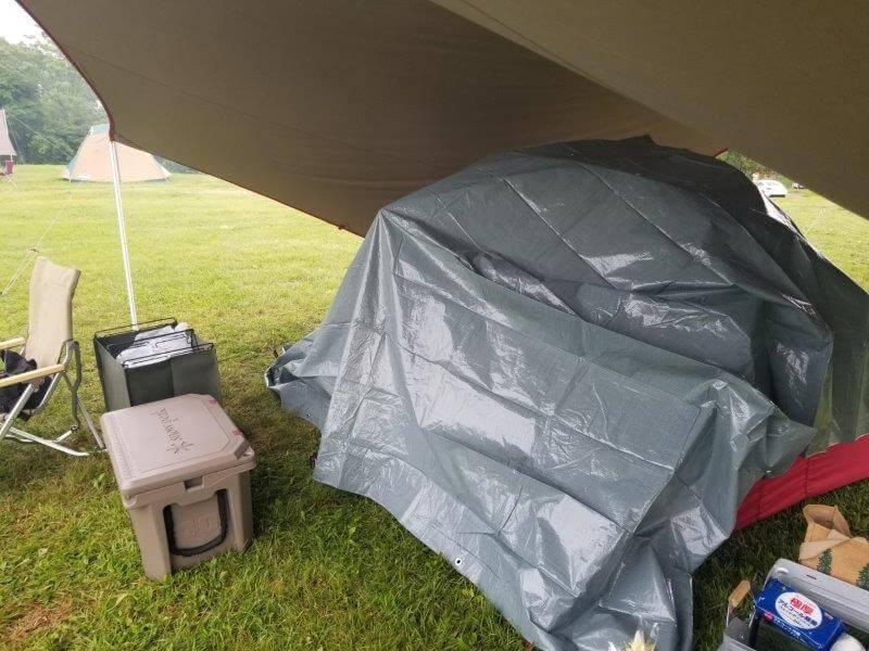 久住高原オートビレッジ:テントに難燃シートをかぶせる