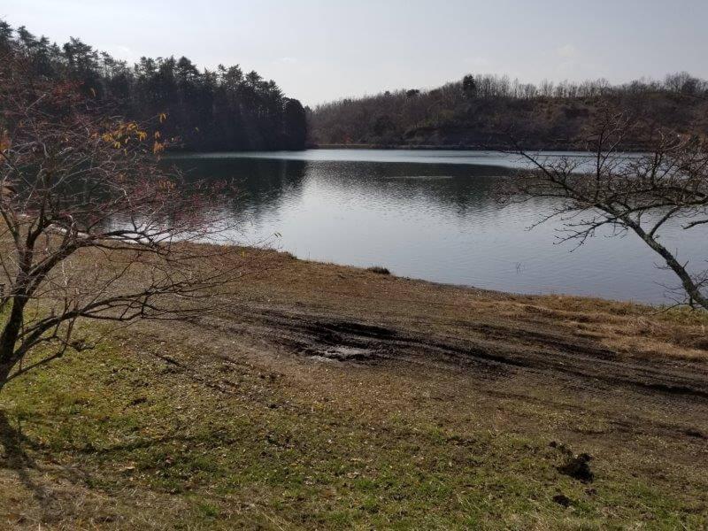 志高湖キャンプ場 湖畔はぬかるみ注意