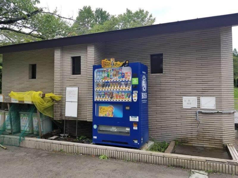志高湖キャンプ場のグラウンドにある自動販売機