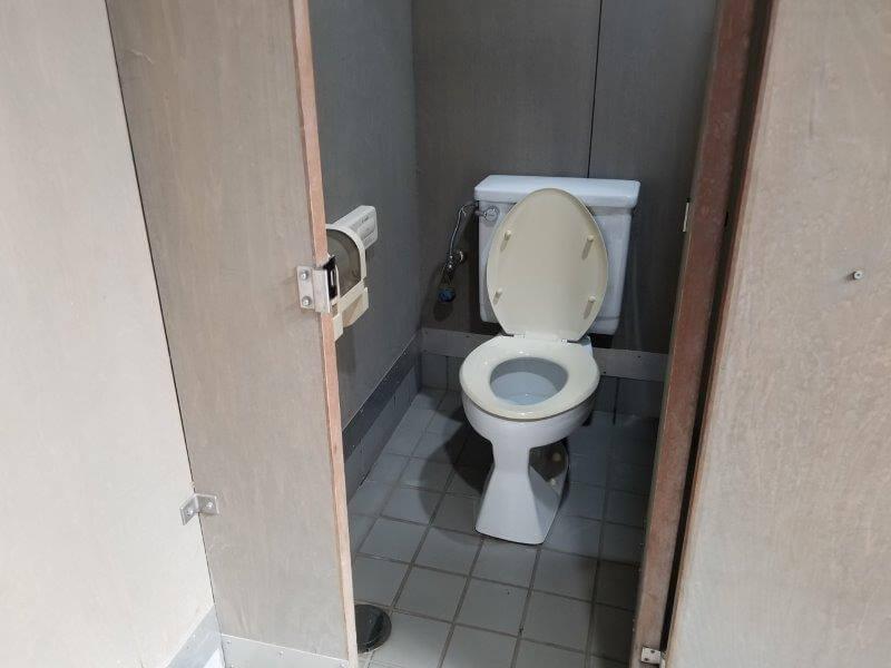 大池オートキャンプ場のサニタリーハウスの洋式トイレ