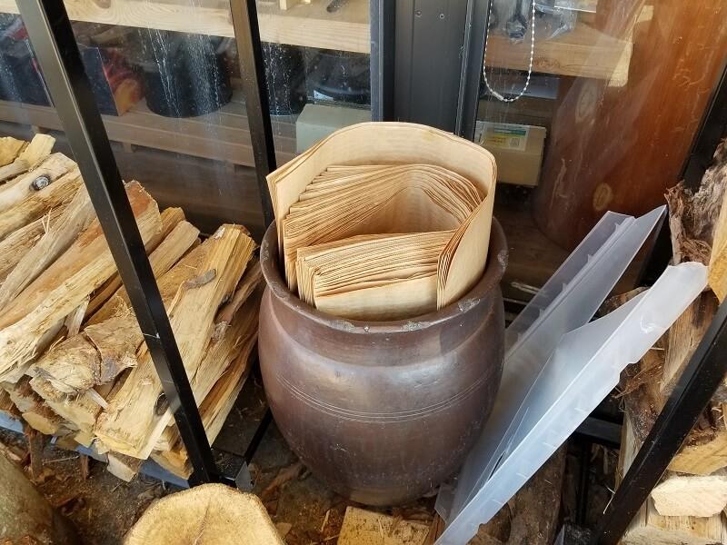 薪は専用のペーパーバッグに入れて重さを量る