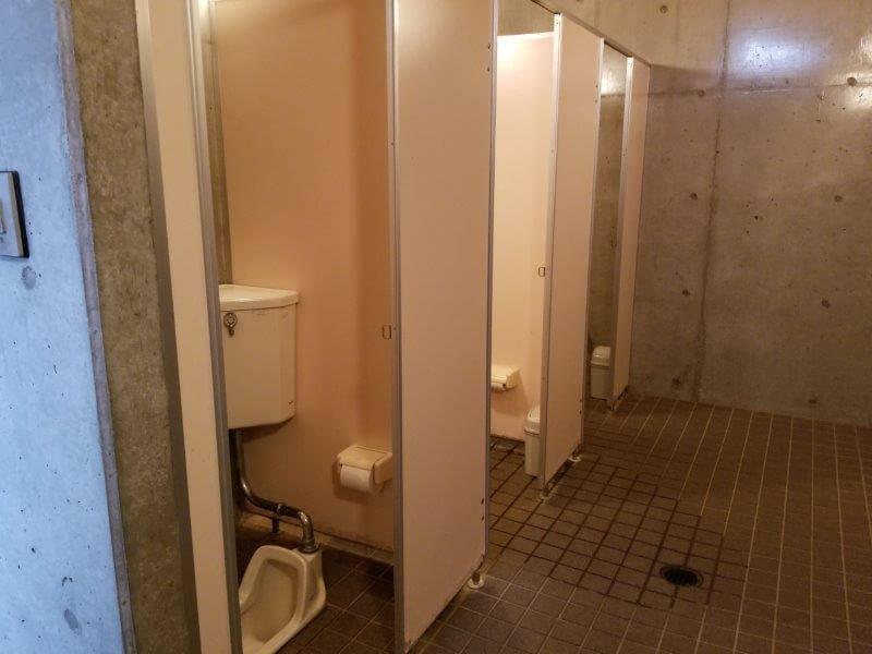 四本堂公園キャンプ場 管理事務所近くのトイレ