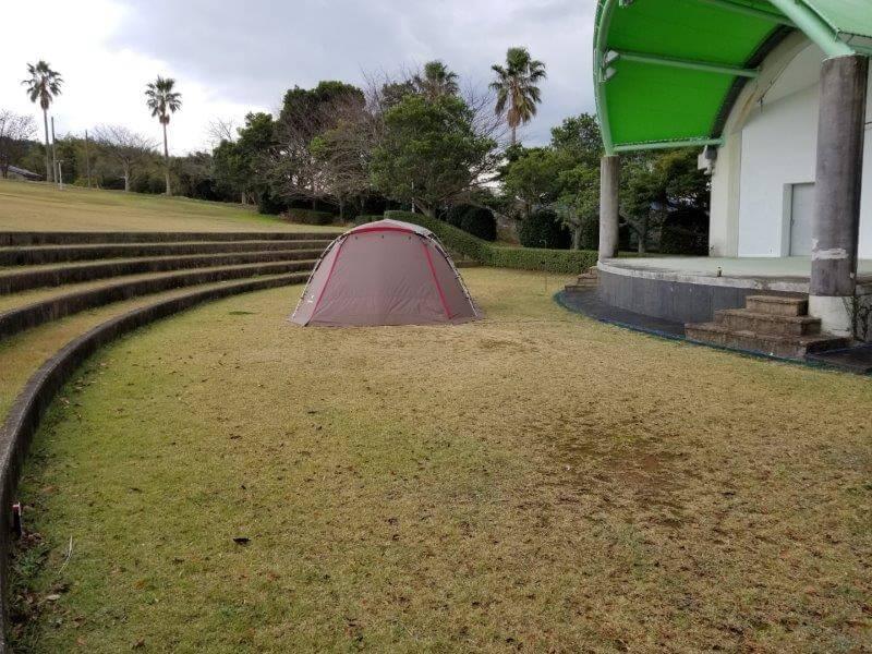 四本堂公園 ステージ前のキャンプサイト