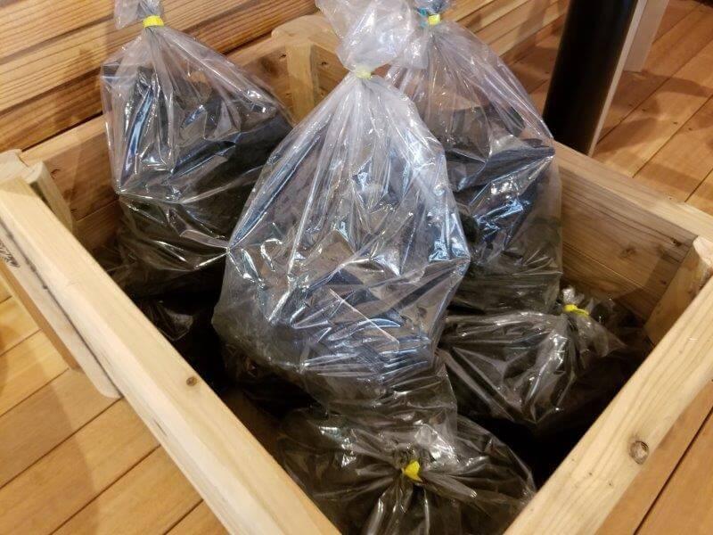 岩屋キャンプ場 管理棟で販売されている炭