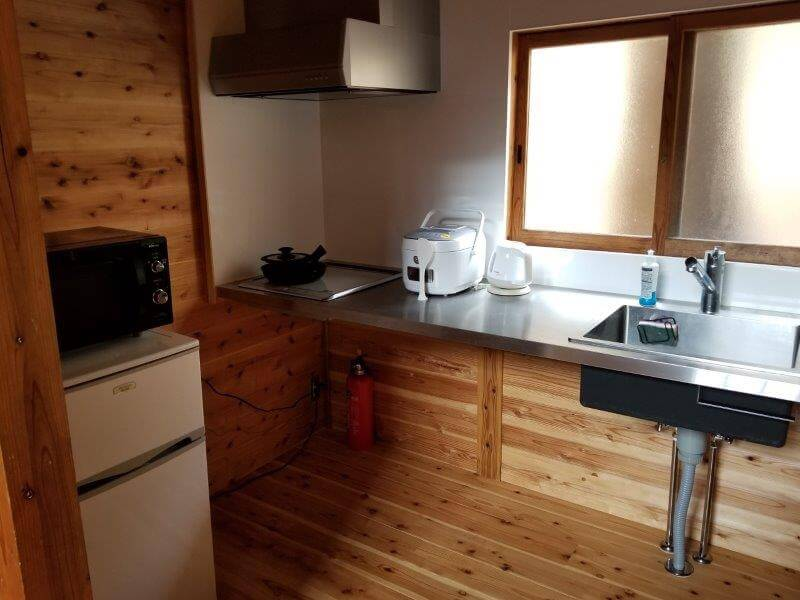岩屋キャンプ場のコテージ「つばき」のキッチン