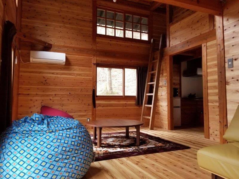 岩屋キャンプ場のコテージ「つばき」のリビングスペース