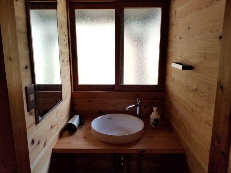 岩屋キャンプ場のコテージ「つばき」の洗面台