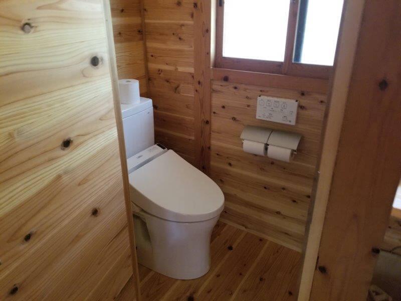 岩屋キャンプ場のコテージ「つばき」のトイレ