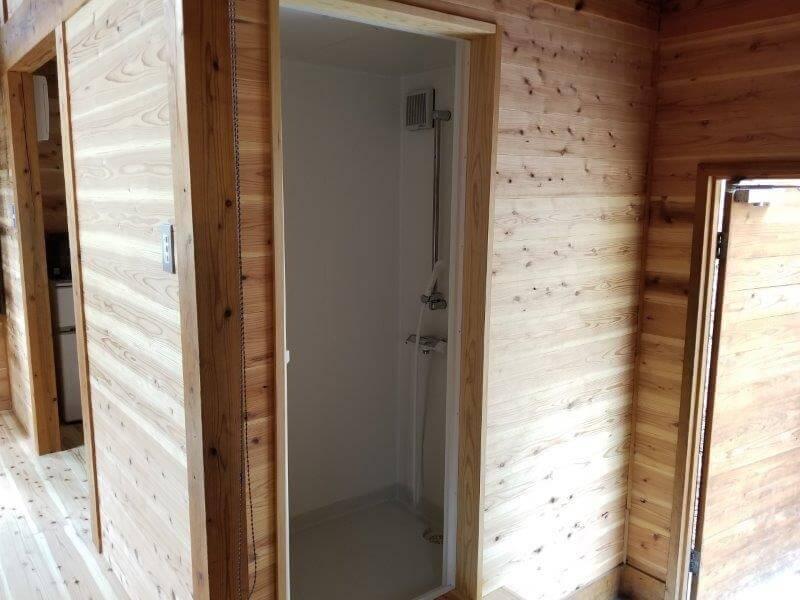 岩屋キャンプ場のコテージ「つばき」のシャワールーム