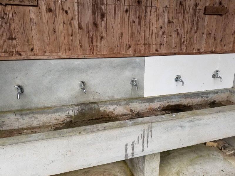 岩屋キャンプ場 建屋の外にある手洗い場