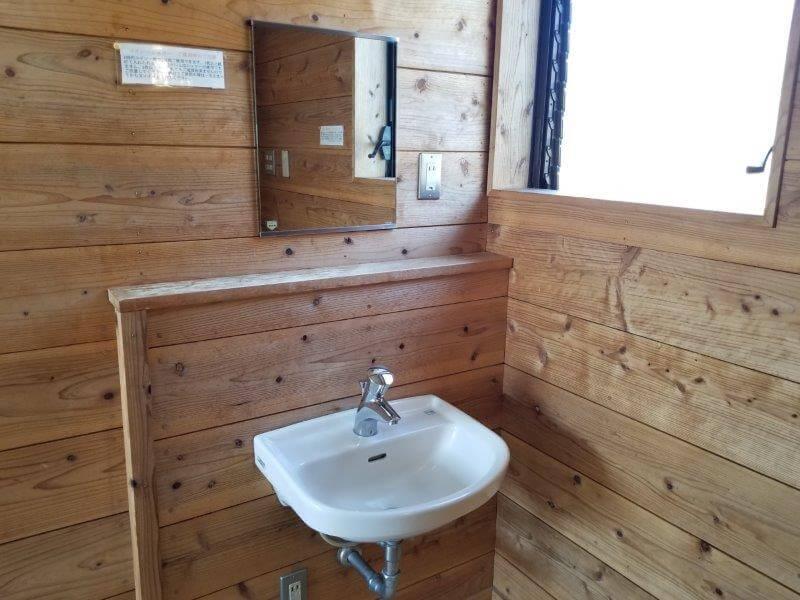 エコ・パーク論所原 コインシャワーにある洗面台