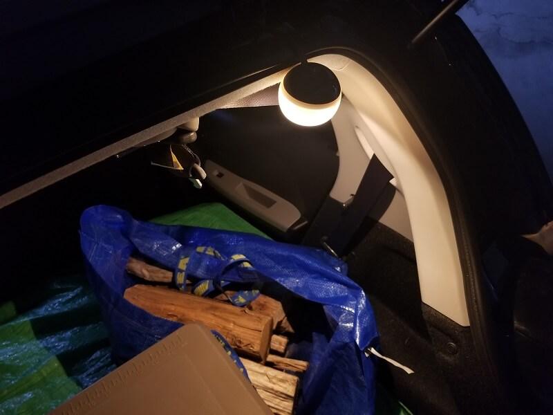 たねほおずきで暗い車内を照らす