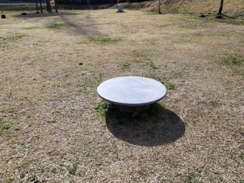 服掛松キャンプ場のオートサイトに設置されているローテーブル