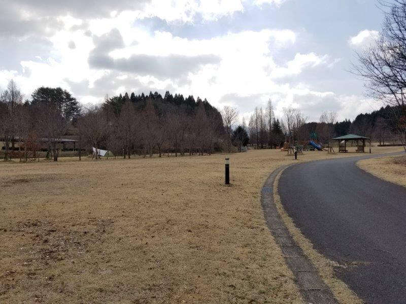 服掛松キャンプ場 フリーサイト(遊具があるサイト)