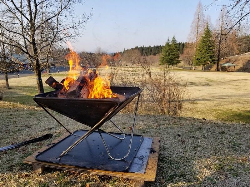 服掛松キャンプ場で焚き火