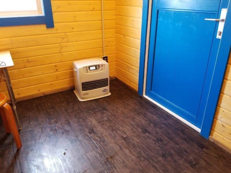 服掛松キャンプ場 お湯がでる小屋にある石油ファンヒーター
