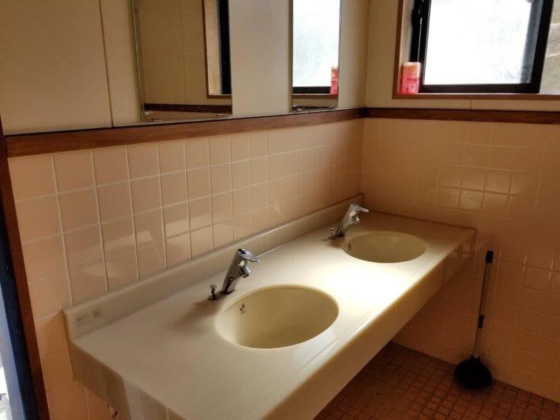 服掛松キャンプ場 フリーテントサイトのトイレ 手洗い場