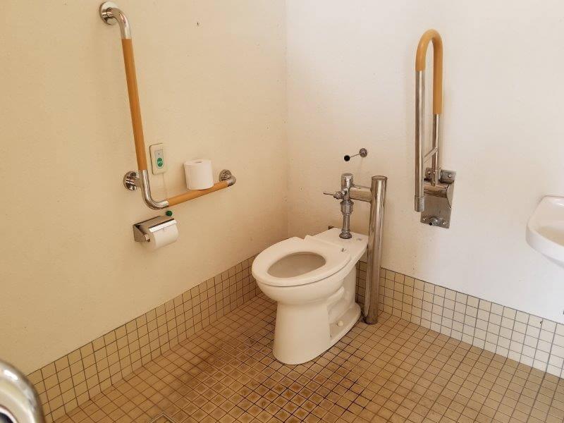 服掛松キャンプ場 第2ゲートのトイレ 車いす用トイレ