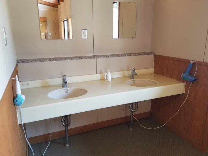 服掛松キャンプ場 シャワールーム横の洗面台
