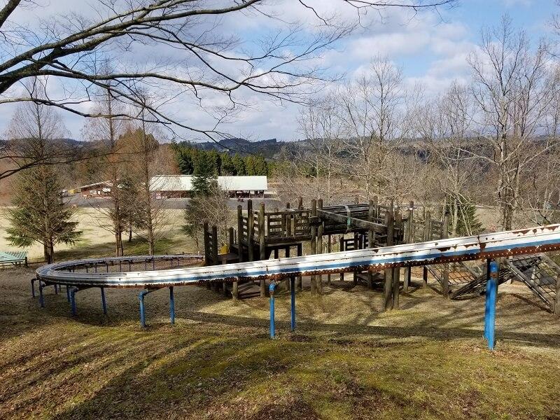 服掛松キャンプ場 アスレチック遊具と大きなすべり台
