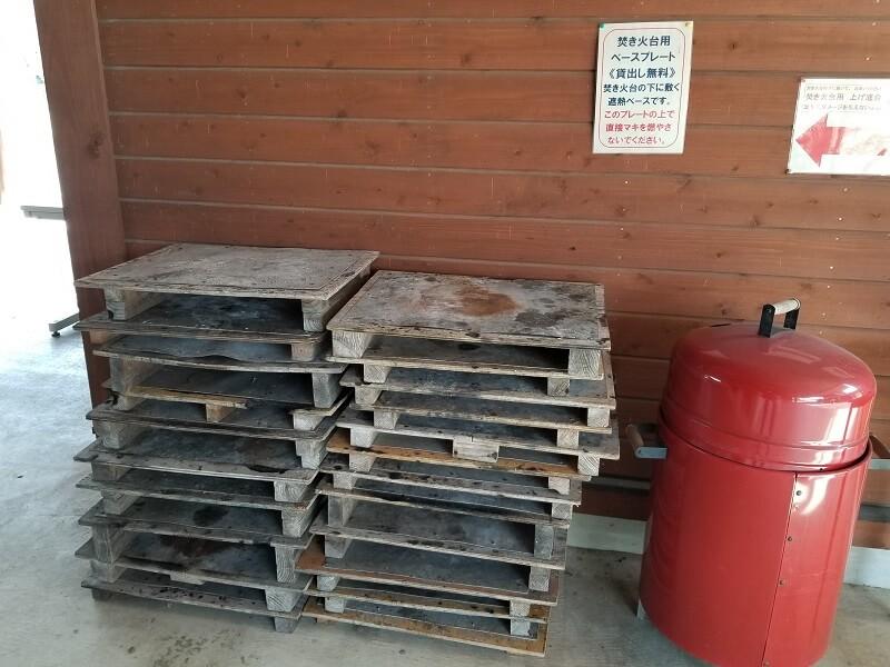 服掛松キャンプ場で焚き火する時は保護板を敷こう