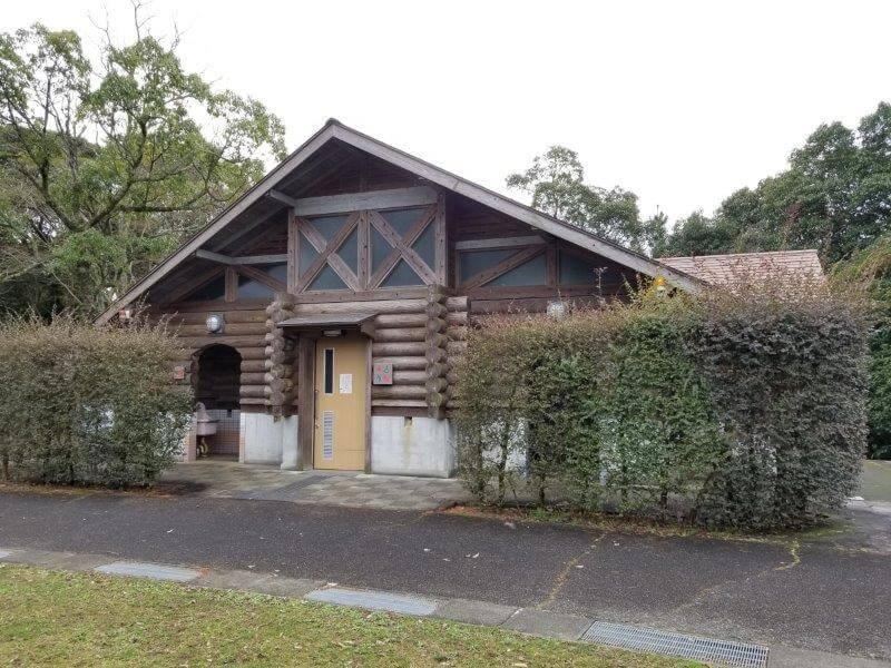 野岳湖キャンプ場 東サイト横のトイレ棟