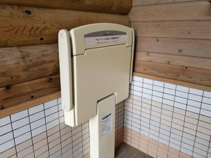 野岳湖キャンプ場 東サイト横のトイレにあるオムツ交換台