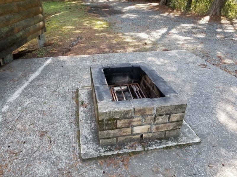 歌瀬キャンプ場 バンガローのBBQ炉