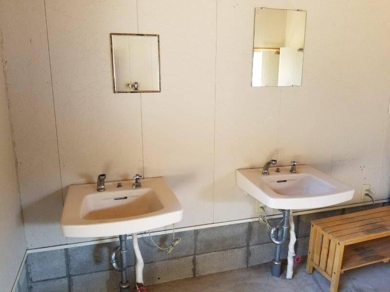 歌瀬キャンプ場 シャワー棟の手洗い場