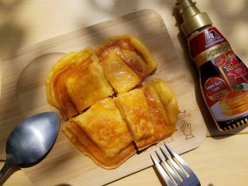 ホットサンドメーカーでパン粉フレンチトーストにメイプルシロップをかける
