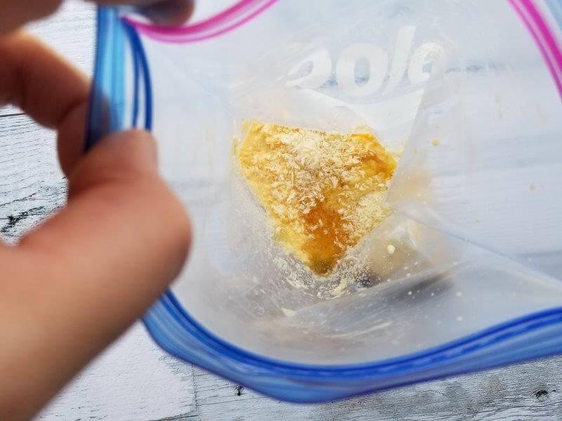 パン粉フレンチトーストの材料 牛乳と卵を混ぜてパン粉とハチミツを投入