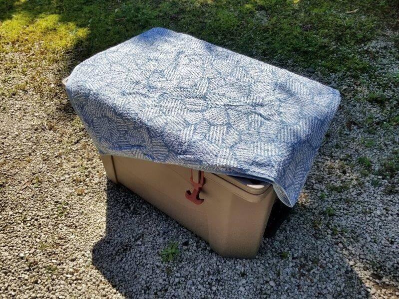 クーラーボックスをタオルで覆う