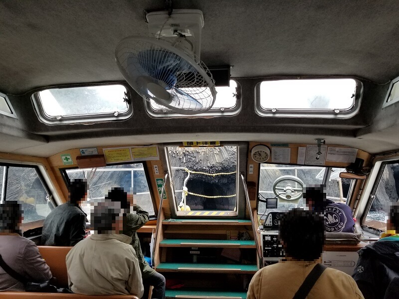 マリンパル呼子 七ツ釜遊覧船「イカ丸」の船内
