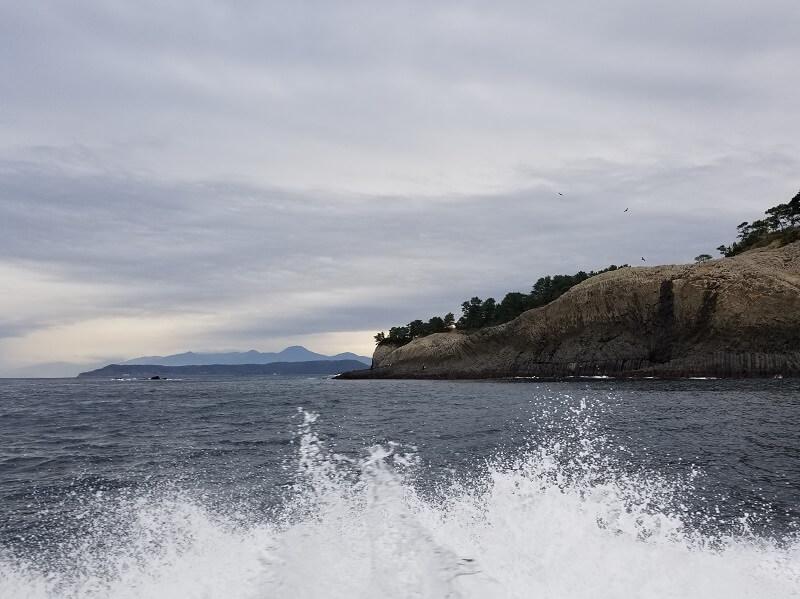 マリンパル呼子 七ツ釜遊覧船「イカ丸」に乗船中