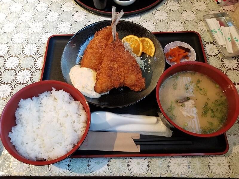 長崎県西海市崎戸にある海鮮料理店「おくうら」のアジフライ定食