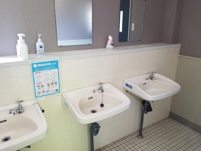 スノーピーク奥日田 N電源サイトのトイレ内手洗い場