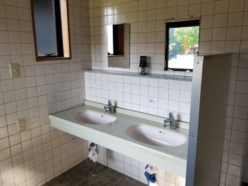 スノーピーク奥日田 区画電源オートEサイト(椿ヶ鼻ドーム横)のトイレ内手洗い場