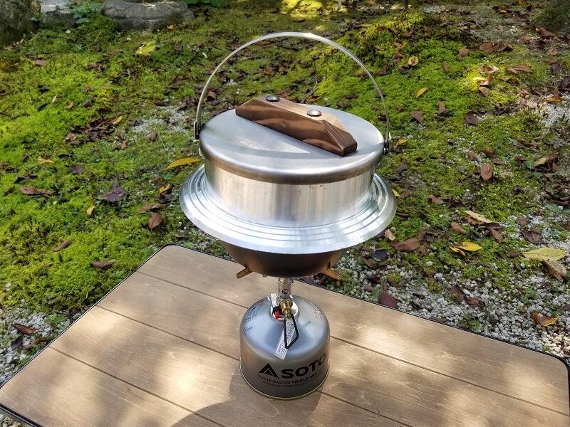 ユニフレーム「キャンプ羽釜 3合炊き」はワンバーナーの上でも安定するサイズ