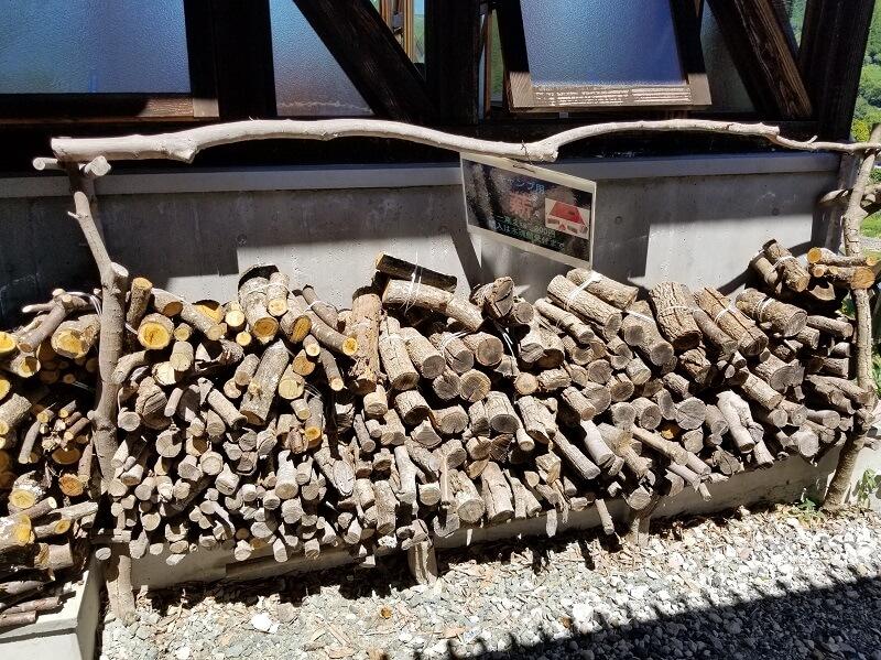 木魂館で販売されている薪
