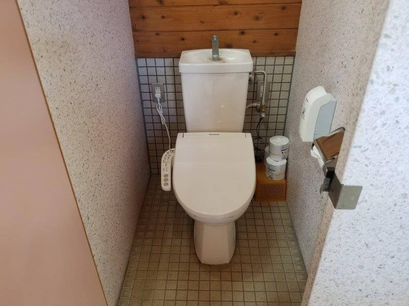 木魂館の屋外にある洋式トイレ