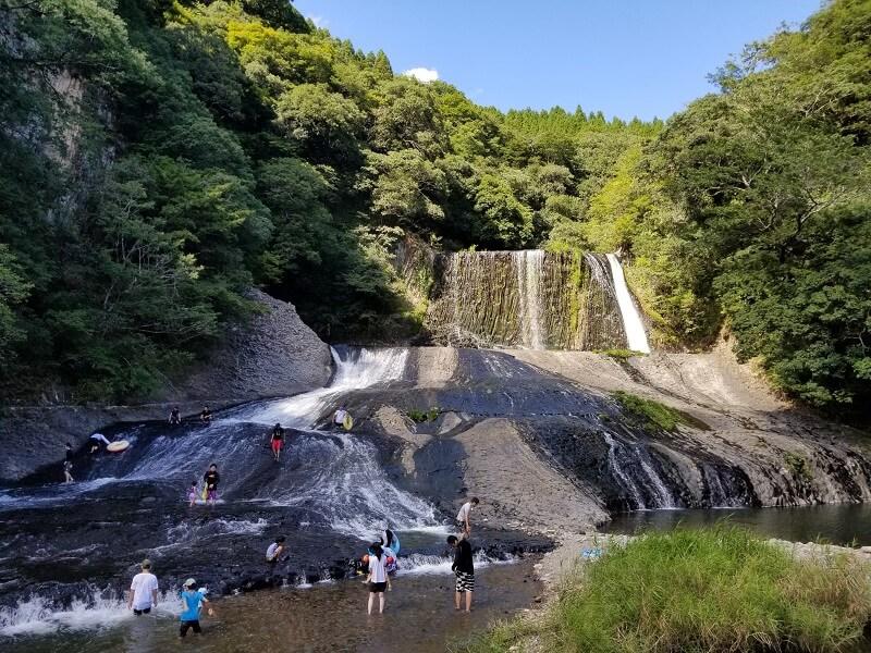 滝滑りで人気の大分県九重町「竜門の滝」