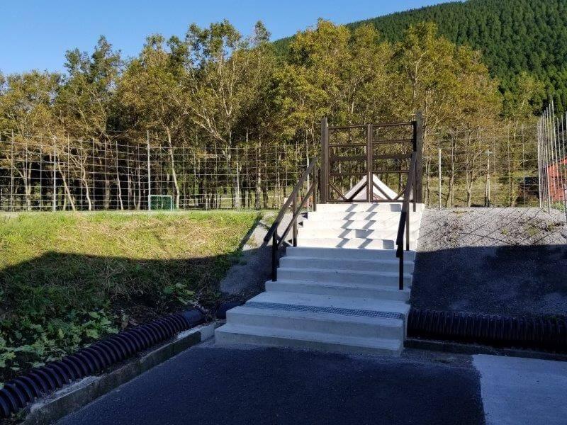 熊谷牧場・雛戸 ブルーベリー・キャンプガーデンのテントサイトにつながる階段