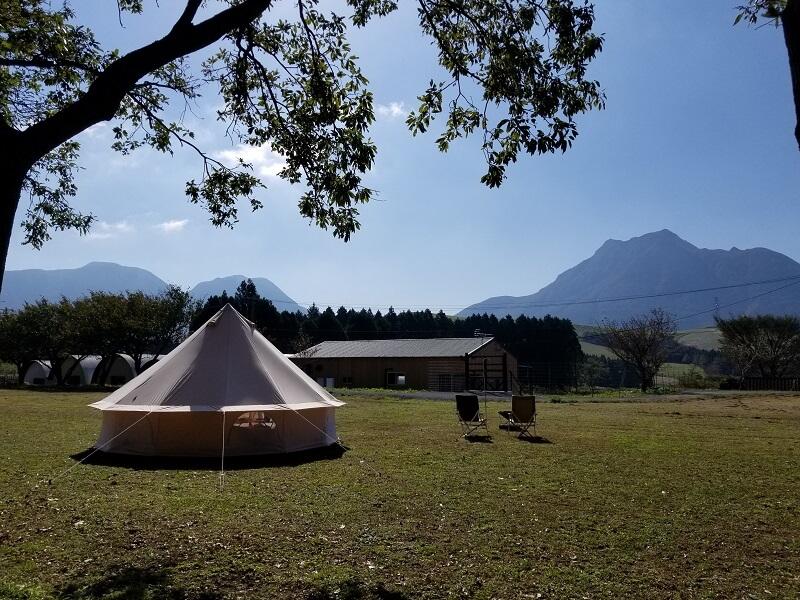 熊谷牧場・雛戸 ブルーベリー・キャンプガーデンのテントサイトから由布岳と鶴見岳が一望できる