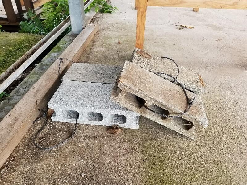 キャンプ&農園 玖珠の杜 コンクリートブロックにガイロープを固定