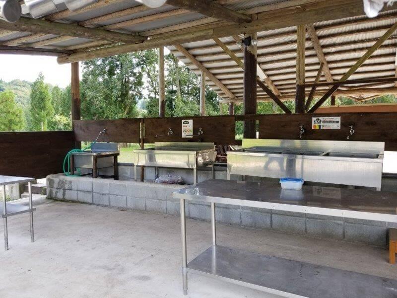 キャンプ&農園 玖珠の杜 炊事場(流し台と作業台)