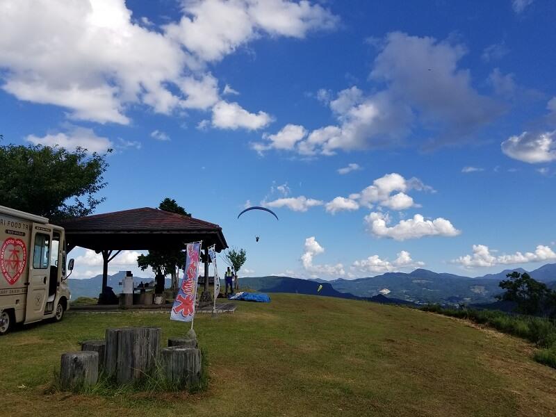 大分県玖珠 伐株山園地 パラグライダー離陸