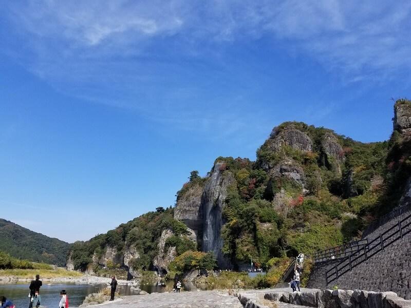 中津市本耶馬渓町の名所・競秀峰と青の洞門