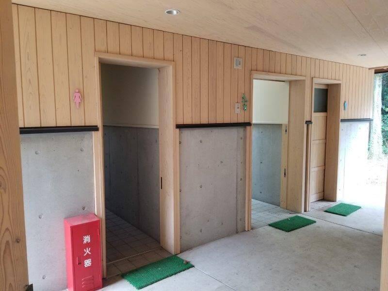 風の里キャンプ場 管理棟横のトイレ