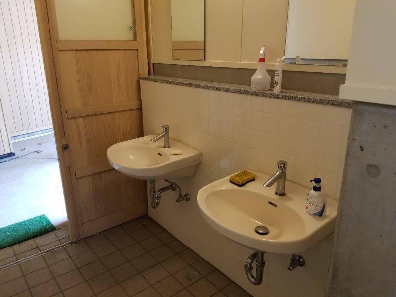 風の里キャンプ場 管理棟横のトイレ 手洗い場